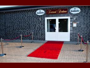 Dekoration mit rotem Teppich