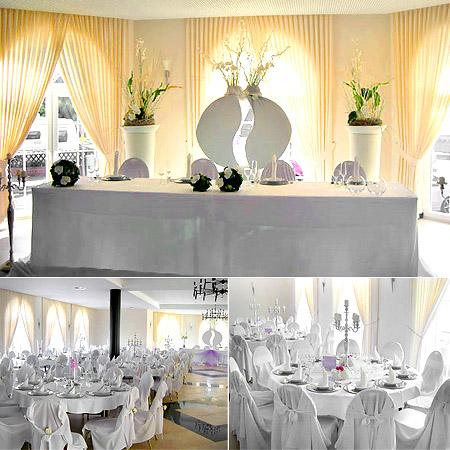Festsaal, Partyraum dekorirt mit Stuhlhussen und Tischdekoration