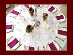 Lila - Blumen & Serviettendeko auf einem runden Tisch