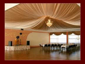 Deckendekoration bei einer Hochzeit