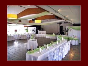 Festhalle Dekoration in Grün-Weiß für eine Hochzeitsfeier