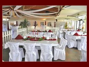 Hochzeitstischdekoration in rot-weiß