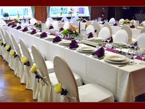 Festliche Tischdekorationen bei einer Hochzeitsfeier