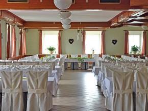 Hochzeit. Raum dekoriert mit Stuhlhussen