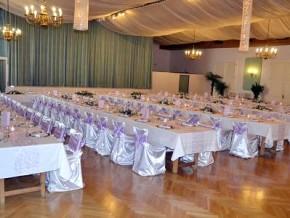 Hochzeitsdekoration in Lila-Weiß