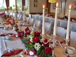 Hochzeitsdekoration mit Kerzenständern