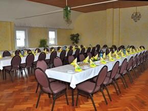 Hochzeitssaal mit runden Stühlen