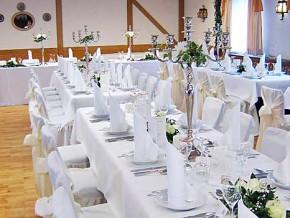 Hochzeitstische weiß dekoriert