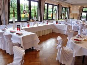 Saal für Hochzeit dekoriert