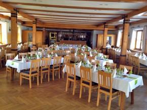 Saal mit Tischdekoration Grün-Weiss