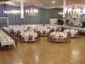 Saal mit runden Tischen