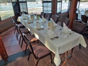 Weiße Tischdeko für Hochzeit