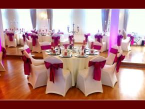 Hochzeitslocation mit runden Tischen