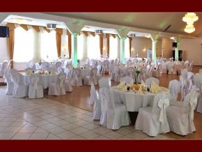 Weiße Hochzeitstischdekoration für runde Tische