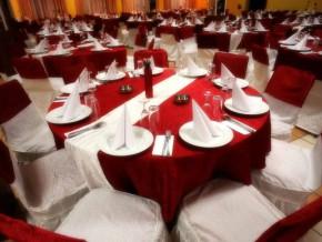 Schöne Rote Tischdecken für eine Rot Weiße Hochzeitstischdekoration