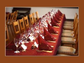 Tischdeko für Geburtstag mit roten Servietten und roten Tischdecken