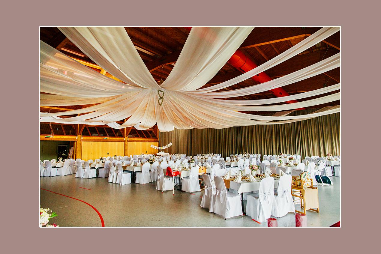 Hochzeitslocation bei Kassel Berglandhalle in Körle mit weißer Hochzeitsdeko