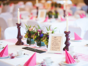 schöne Dekoration Tischdeko lila rosa Hochzeit Franksche Scheune